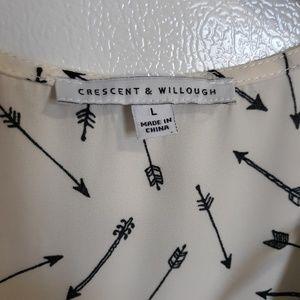 Crescent & Willough Tops - Crescent & Willough cap sleeve top arrow print szL